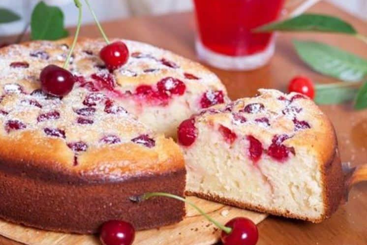 Пиріг з вишнями на кефірі в мультиварці