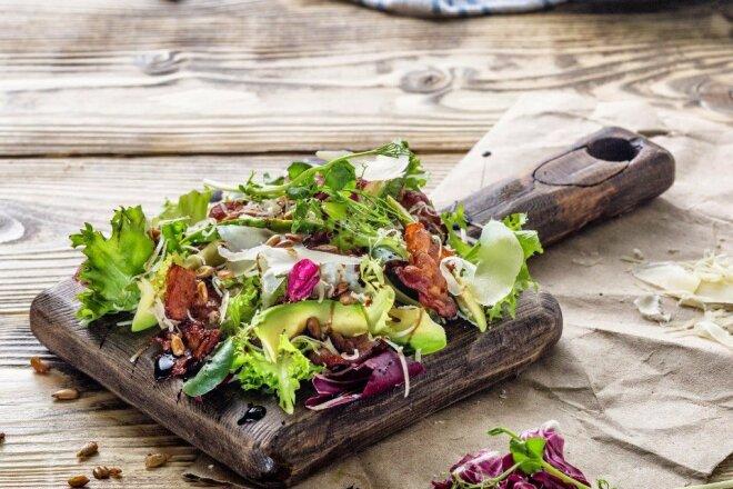 Осінній салат з авокадо та курки