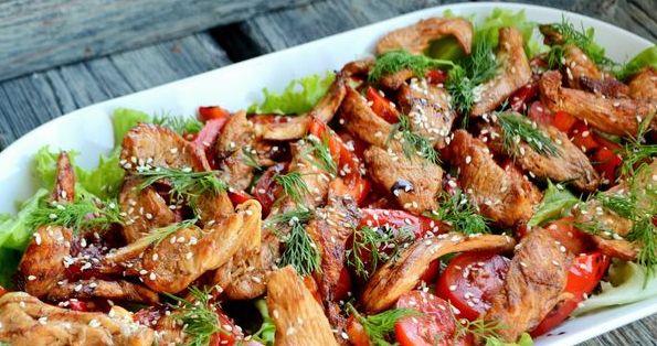 Теплий салат з куркою та помідорами