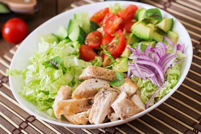 Салат з куркою та овочами без майонезу
