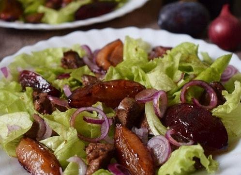 Рецепт салату з карамелізованими сливами