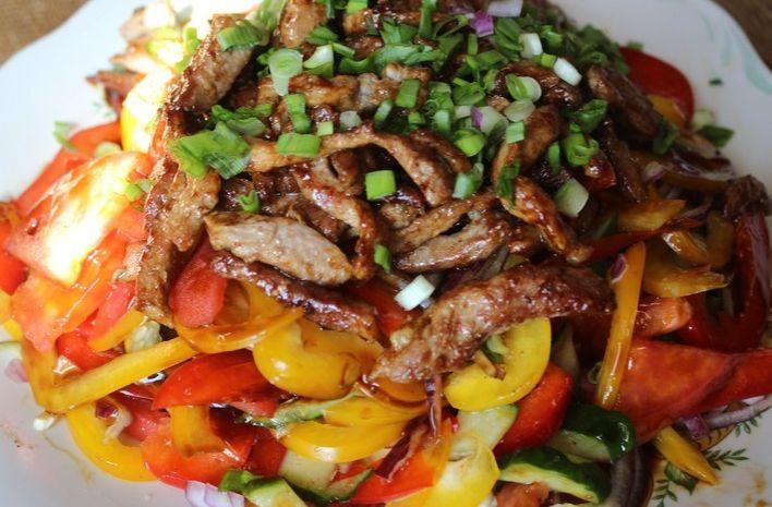 М'ясний салат з болгарським перцем та помідорами