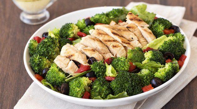 Гострий салат з куркою та броколі