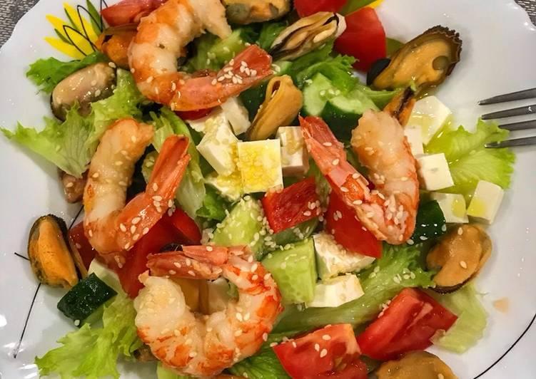 Салат з пекінською капустою і морепродуктами (креветками та мідіями)