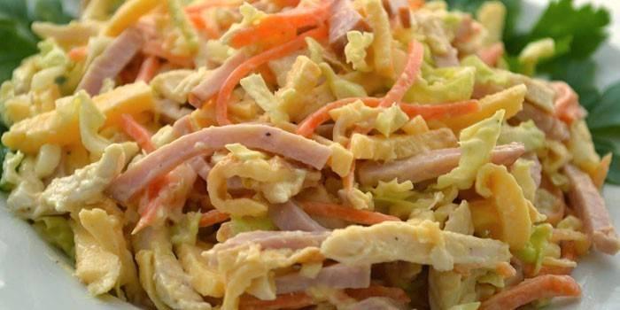 Салат з корейською морквою, куркою, горошком та сухариками