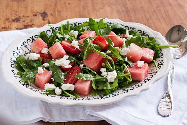 Салат з руколою тунцем і помідорами чері