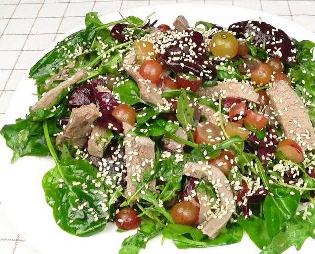 Салат з свинячим язиком та виноградом