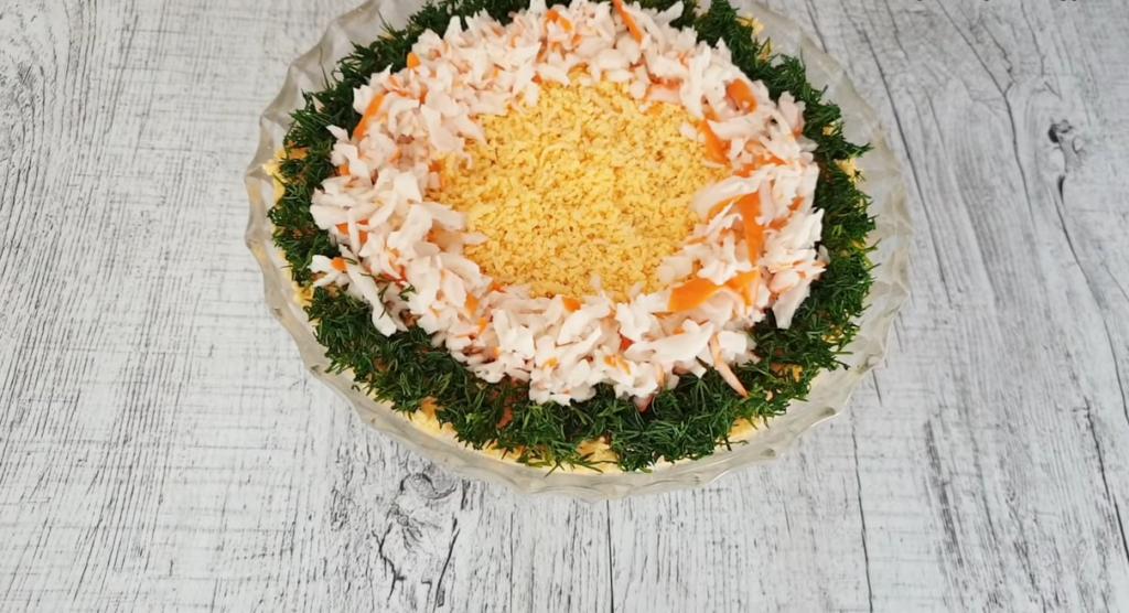 Новорічний салат з крабових паличок і твердого сиру