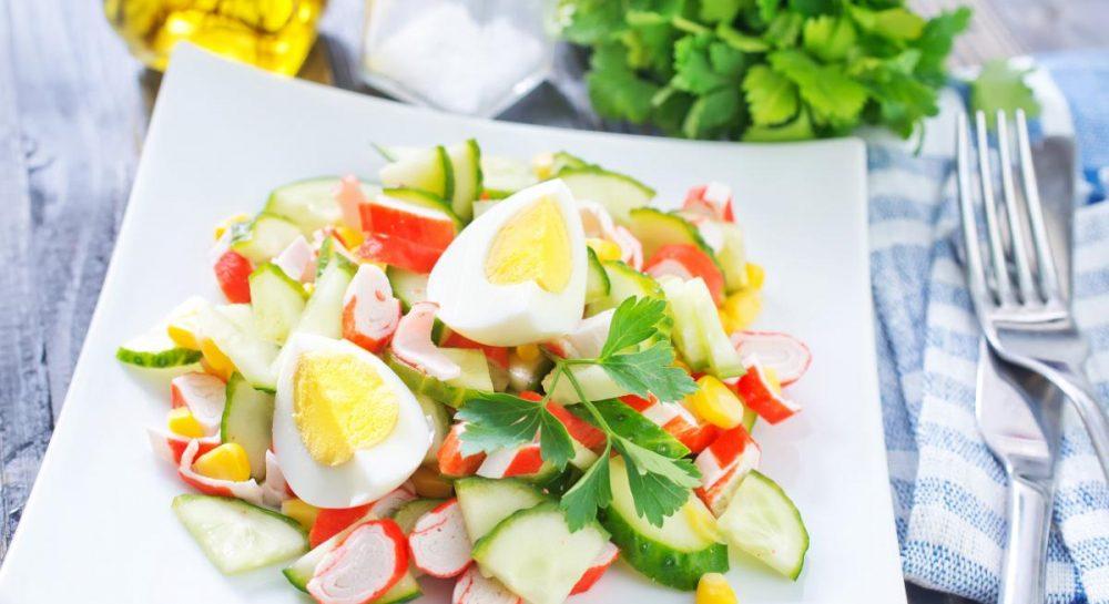 Салат з крабовими паличками і свіжим огірком без майонезу