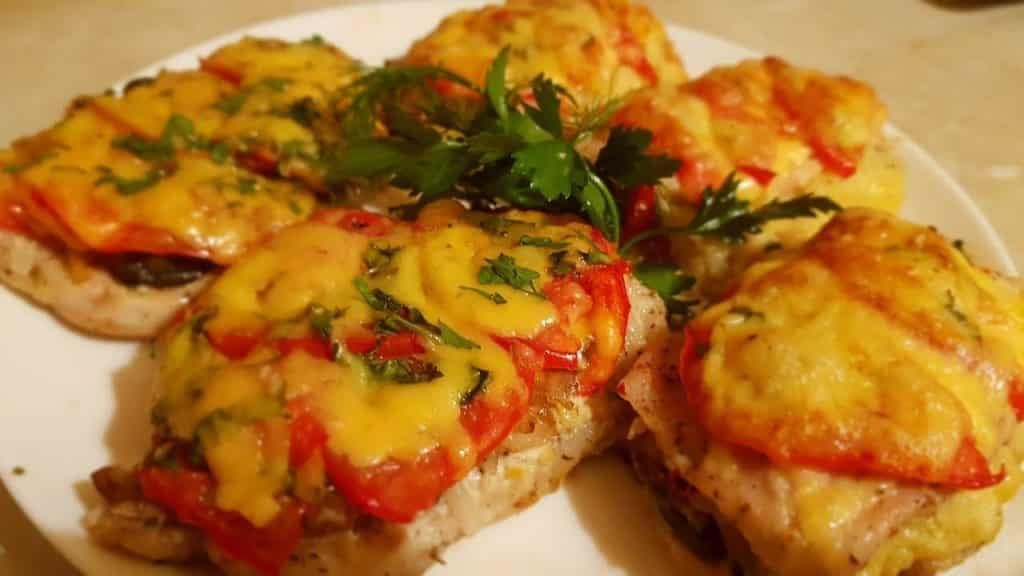 Відбивні по-королівськи з помідорами на сковороді