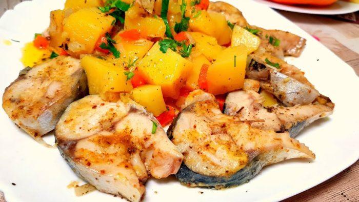 Риба з картоплею і помідорами в мультиварці