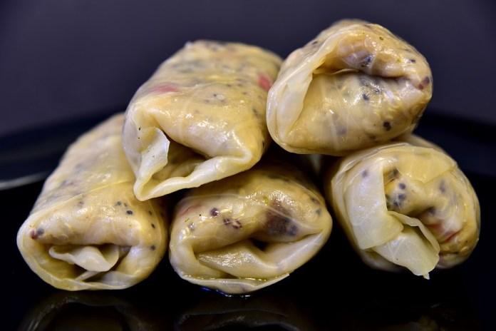 Пісні голубці з вареної картоплі з грибами в каструлі
