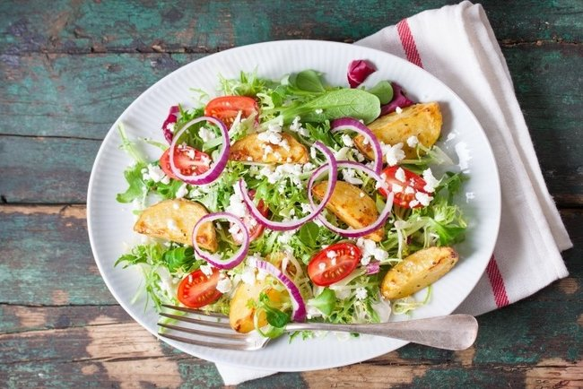 Смачний салат з картоплею, помідорами та фетою