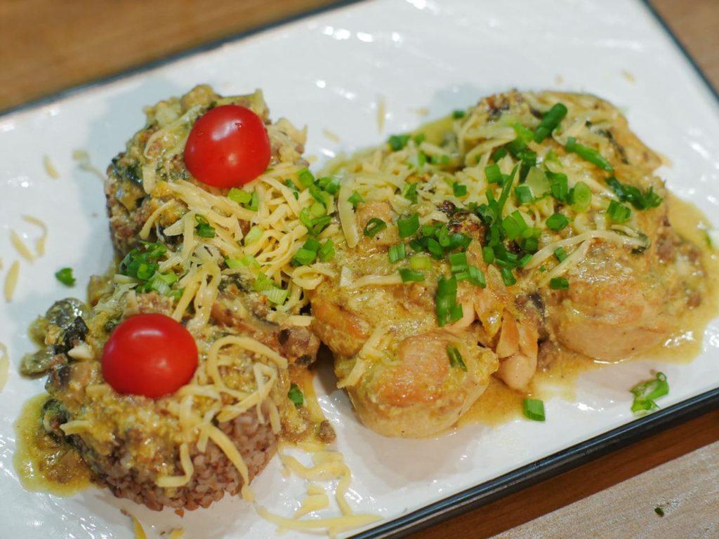 Курка у вершково-сирному соусі з грибами