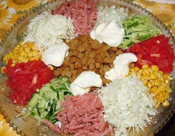 "Святковий салат купками ""Бейжа"" з сухариками"
