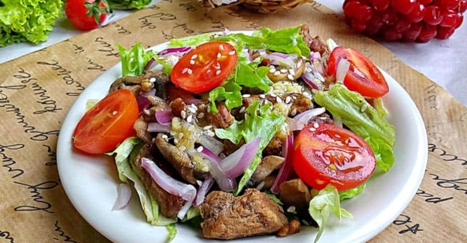 Теплий салат з телятиною під пікантним соусом