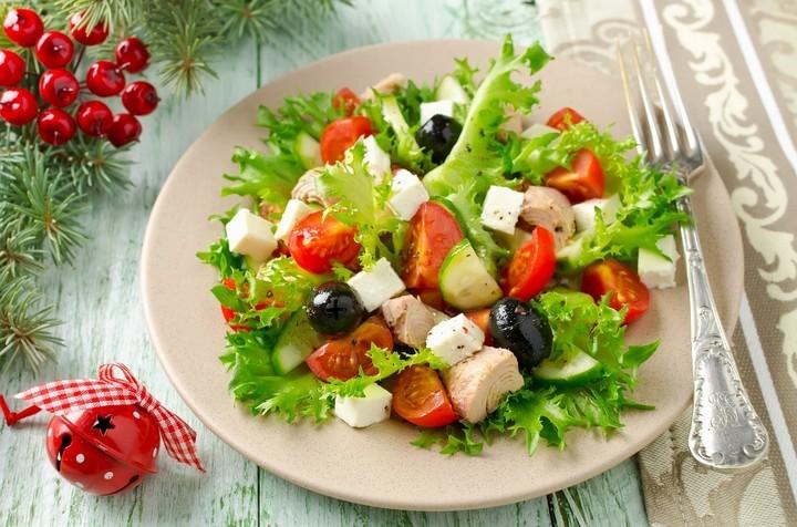 Дієтичний салат з куркою, фетою і огірком