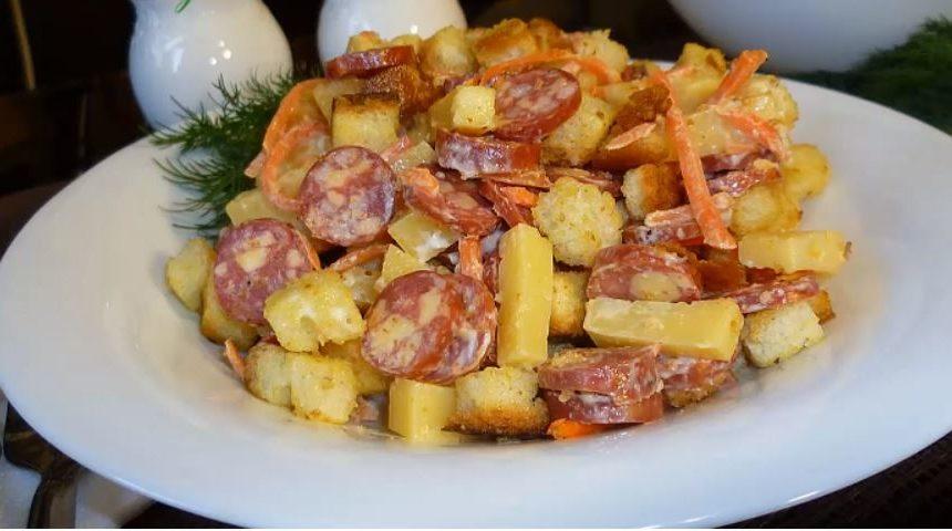 Салат з мисливськими ковбасками