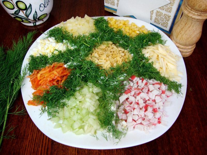 Салат купками з крабовими паличками та яйцями