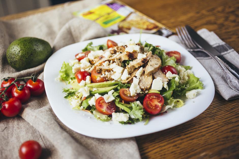Дієтичний салат з курячого філе, з грибами та авокадо