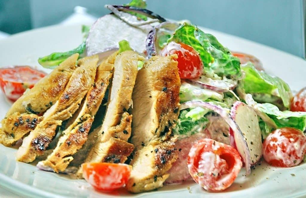 Весняний салат з редискою і куркою