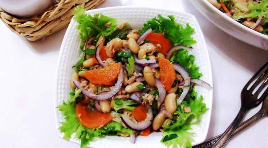 Салат з тунця, квасолі з оливковою олією