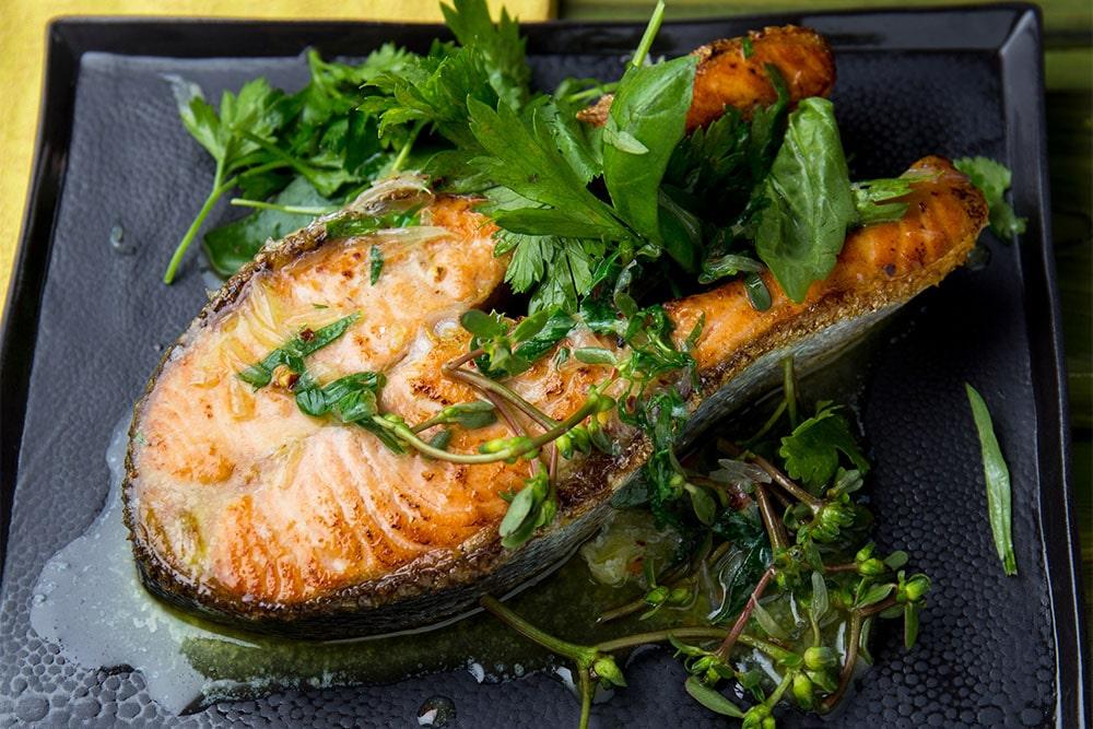 Стейк лосося з зеленню в духовці