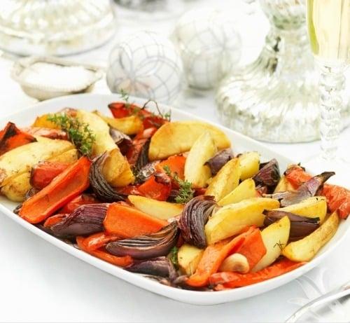 Гаряча з страва з картоплі, овочів та грибів