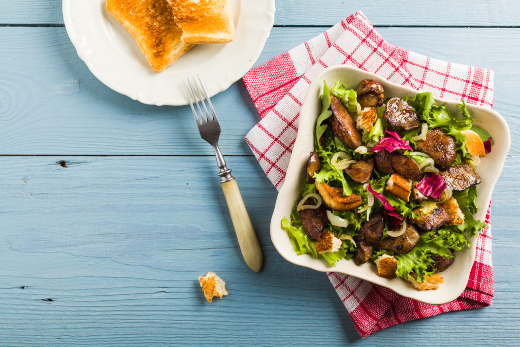 Теплий салат з печінкою та грінками
