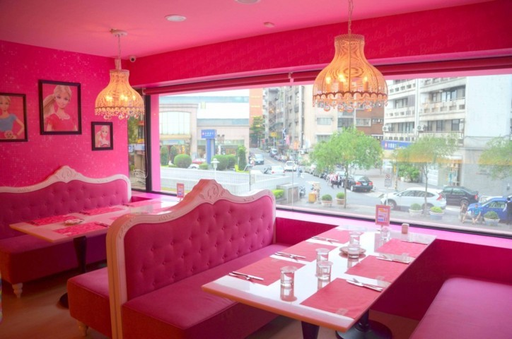 booths-overlloking-downtown-taipei-at-the-barbie-cafe