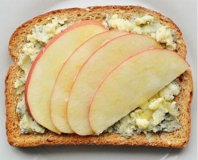 Яблуко, мед, сир з пліснявою