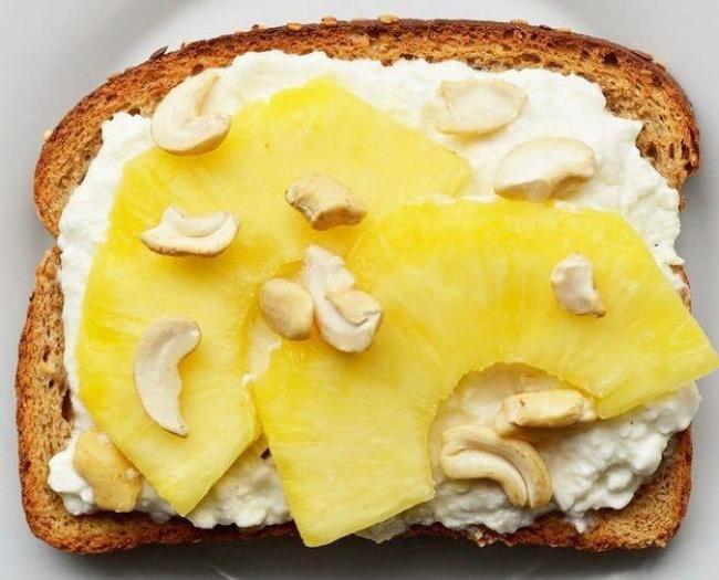 """Шматочки ананаса, сир, кеш""""ю"""