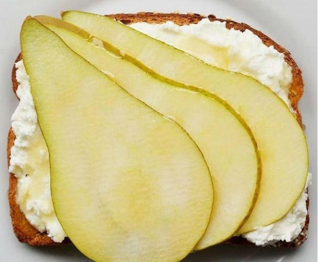 Шматочки груші, сир рікотта, лимонний сік