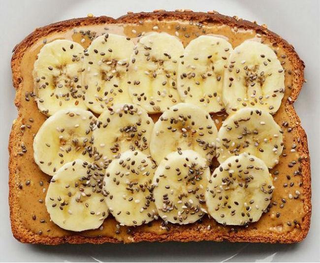Банан, арахісове масло, насіння чіа