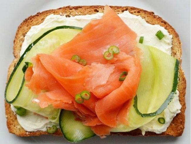 Копчений лосось, огірок, сир, зелена цибуля