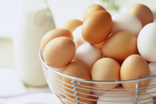 яйця білі і коричневі
