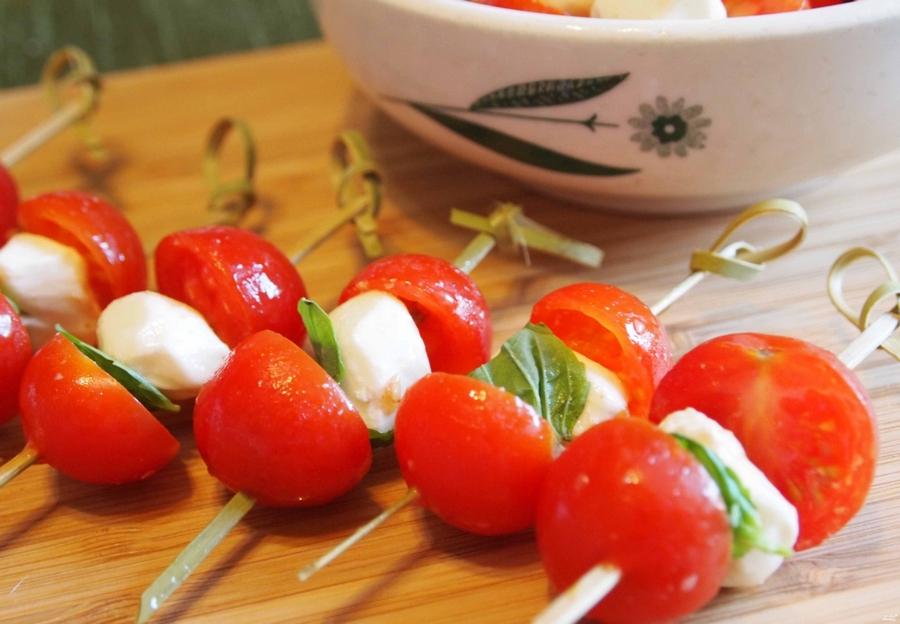 Сир фета, помідори чері та базилік на шпажці.