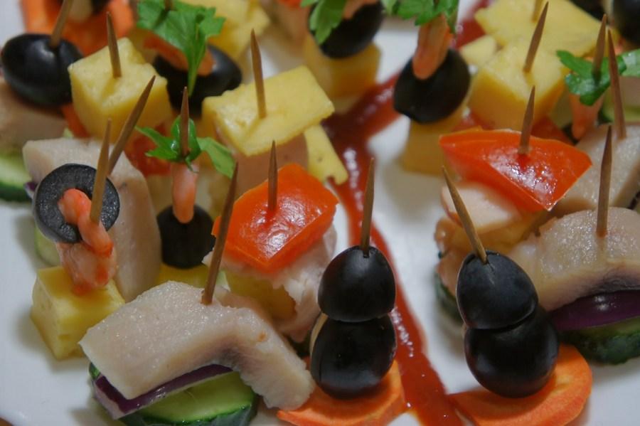 Оселедець, оливки, болгарський перець, свіжий огірок, морква, твердий сир, довільно нанизані на шпажки.