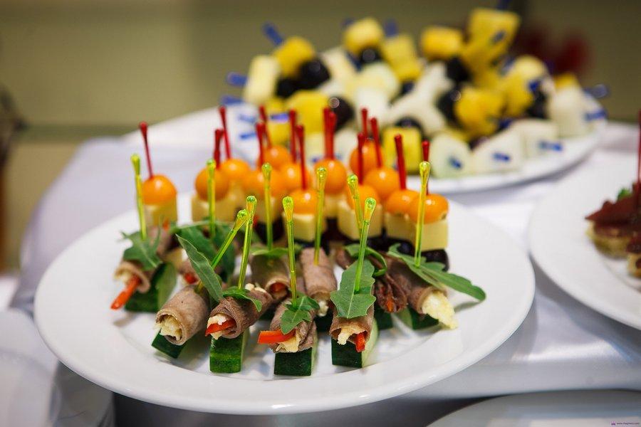 Рулетики з язика, начинені шматочком болгарського перцю та тертим сиром, з руколою на шматочку свіжого огірка.