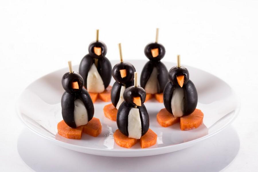Веселі пінгвінчики з оливок, моцарели і морквимна шпажках.