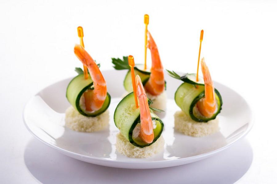 Креветка, свіжий огірок, вершковий сир, петрушка на шматочку білого хліба.