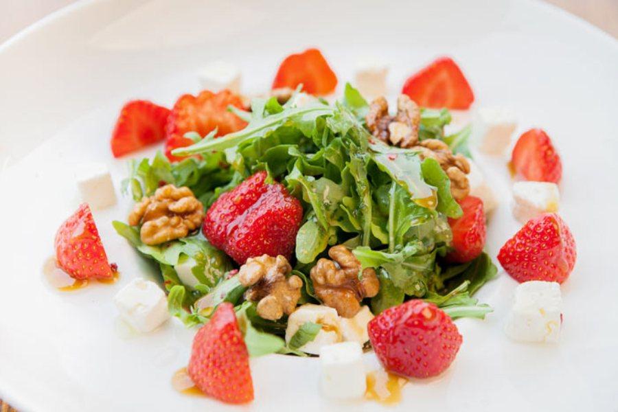 салат з полуниці та руколи