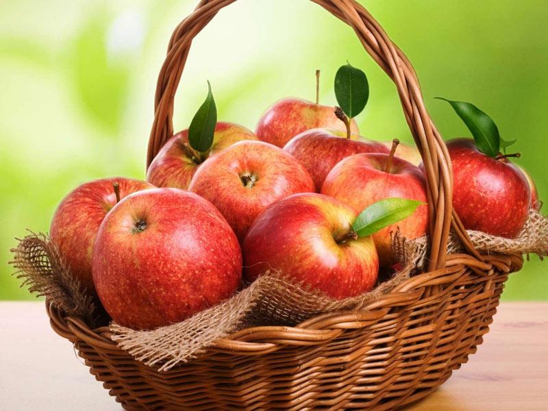 кошик з яблуками