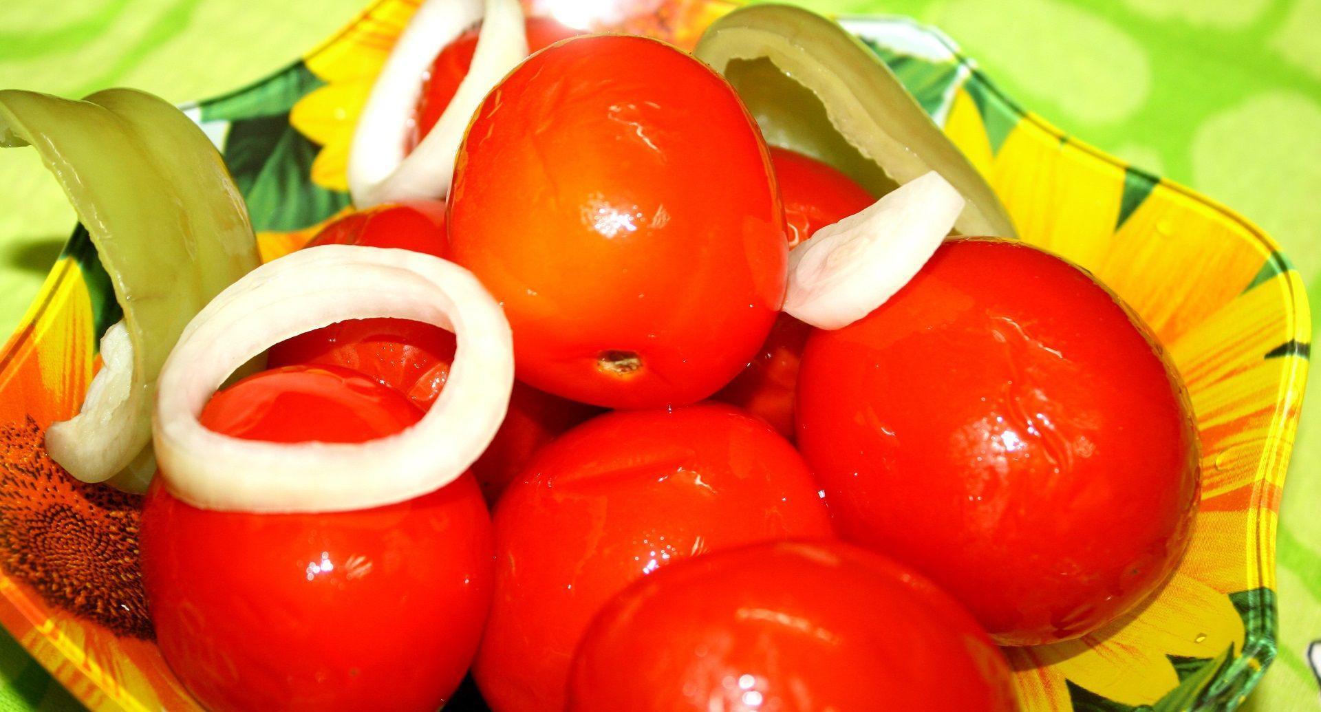 помідори з цибулею
