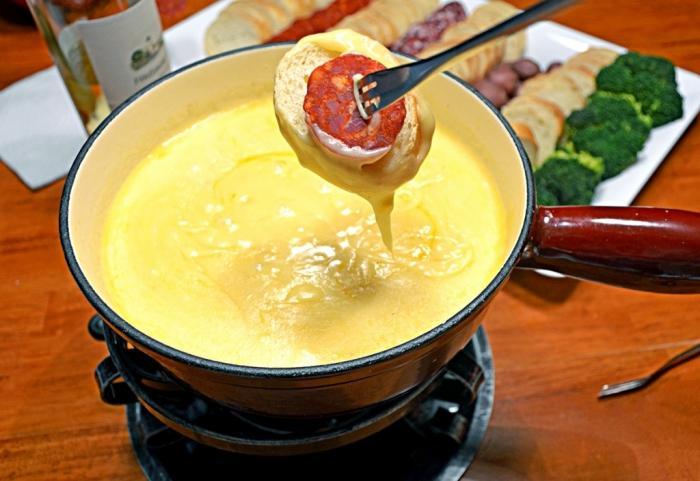 Вісім популярних страв світу, які колись їли тільки бідні. Фондю