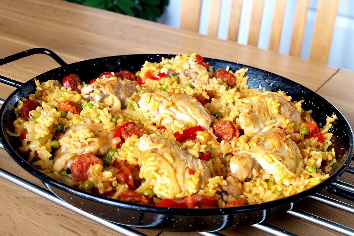 Вісім популярних страв світу, які колись їли тільки бідні. Паелья