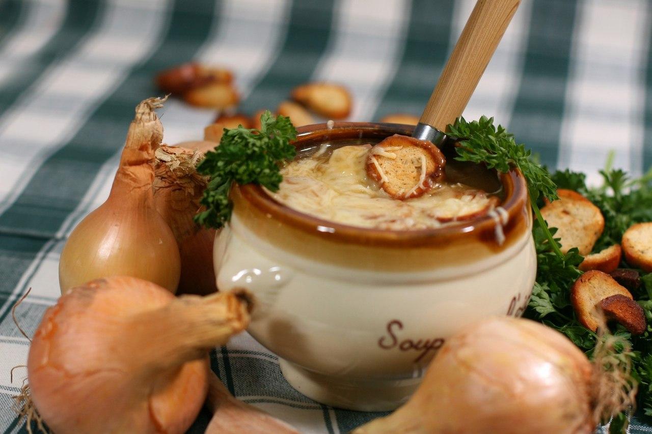 Вісім популярних страв світу, які колись їли тільки бідні. Цибулевий суп