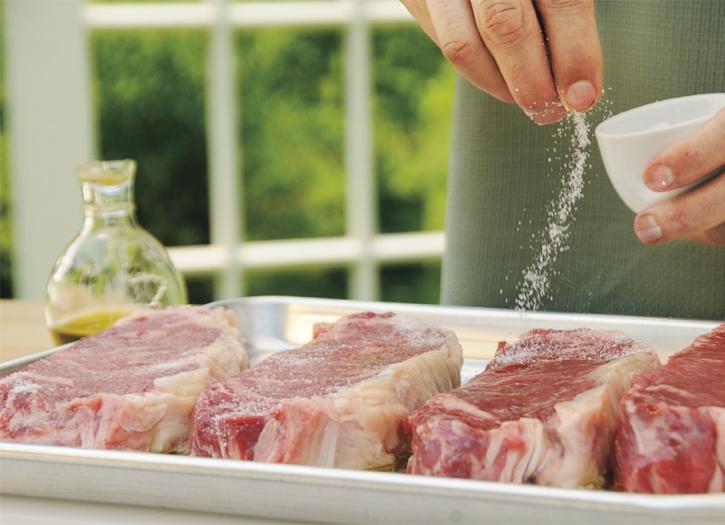 Як правильно солити м'ясо
