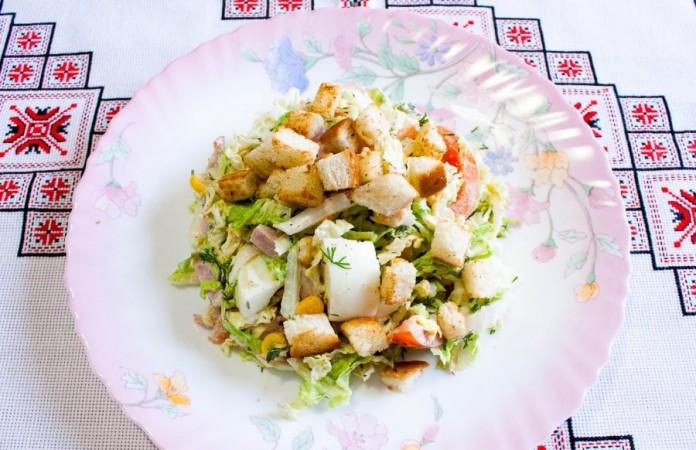 Салат с кириешками с колбасой и капустой рецепт с