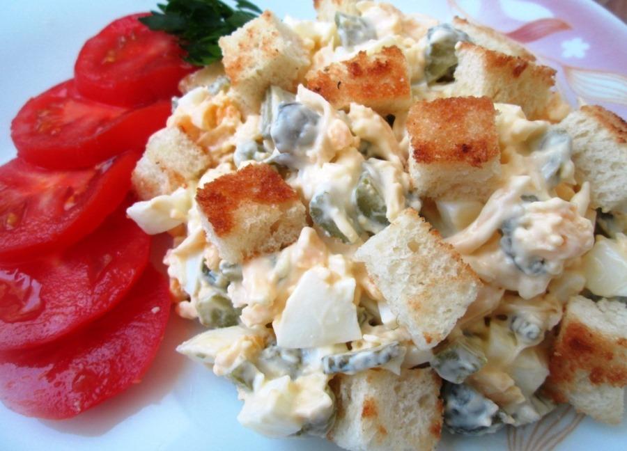 11 рецептів салатів із сухариками